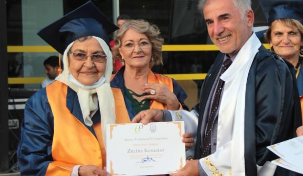 Onlar için ilk defa mezuniyet düzenlendi! Torunlarıyla diploma aldılar