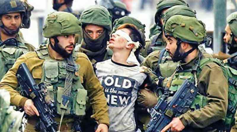 İşgalci İsrail kuvvetleri tarafından gözaltına alınan Filistinli genç