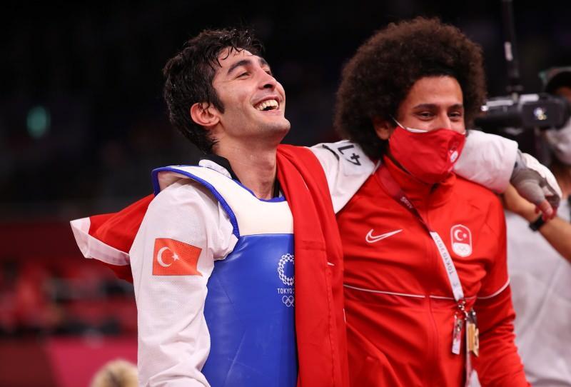 Hakan Reçber, madalyasını 2012 Londra Olimpiyatları'nda altın madalya kazanan hocası Servet Tazegül ile kutladı.