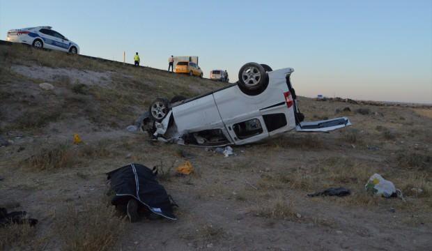 Aksaray'da feci kaza: Ticari araç otomobile arkadan çarptı!