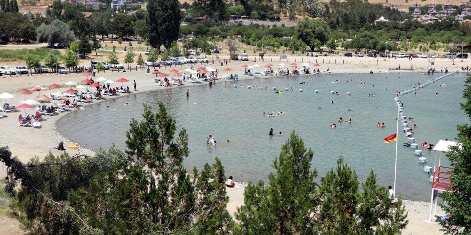 Doğu'da tatilciler Hazar Gölü'nde serinliyor