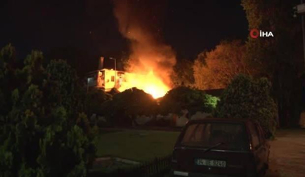 Fatih'te korkutan yangın, trafo alev alev yandı