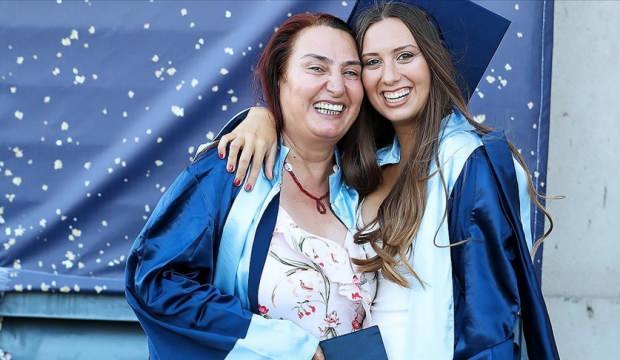 İzmir'de anne ile kızı aynı üniversiteden mezun oldu