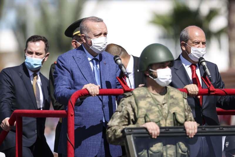 Cumhurbaşkanı Erdoğan ile KKTC Cumhurbaşkanı Ersin Tatar geçit töreninde.