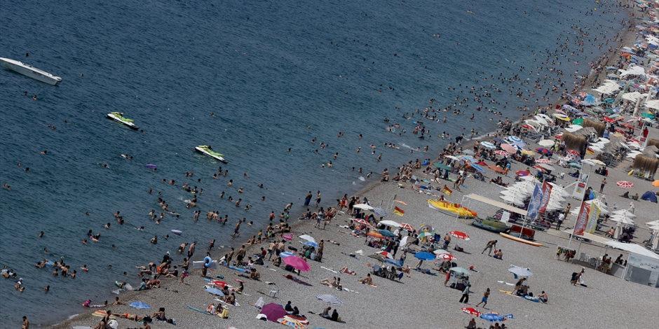 'Turizmin başkenti' Antalya'da sahiller doldu taştı