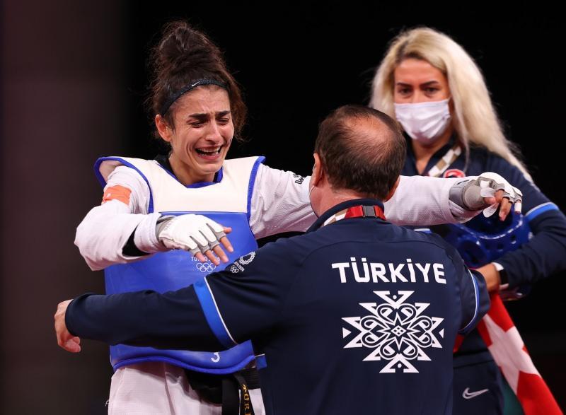 Hatice Kübra İlgün, madalya kazanmasının ardından gözyaşlarını tutamadı.