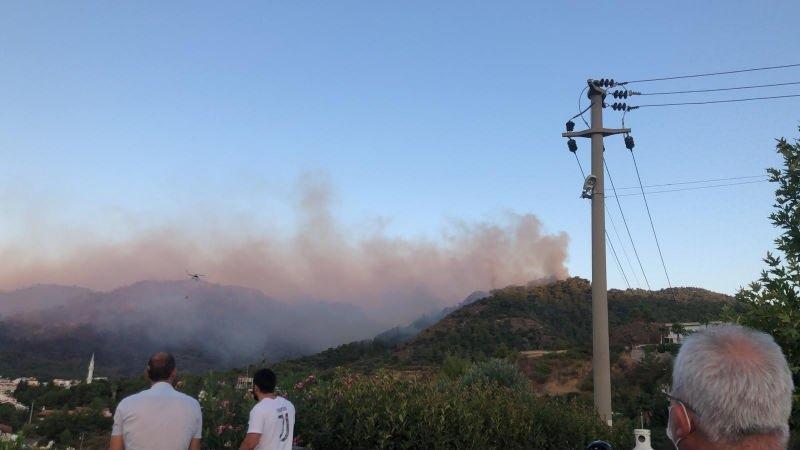 Marmaris'teki yangın sürüyor, ekipler havadan müdahale başladı.