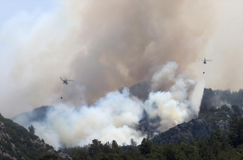 Yangın söndürme çalışmalarında insanız hava araçlarının yanında uçaklar ve helikopterler kullanıyor.