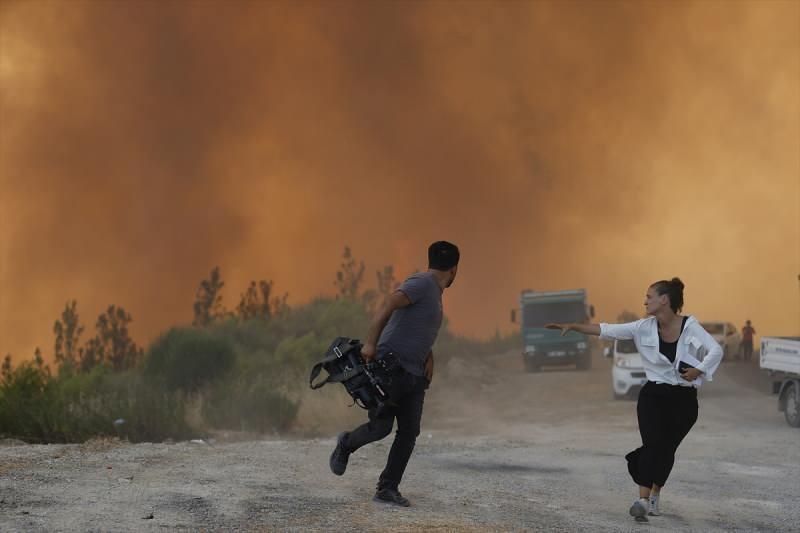 Antalya'nın Manavgat ilçesinde süren orman yangınına havadan ve karadan müdahale ediliyor. Karayoluna kadar yükselen alevler nedeniyle orman işçileri, vatandaşlar ve gazeteciler zor anlar yaşadı.