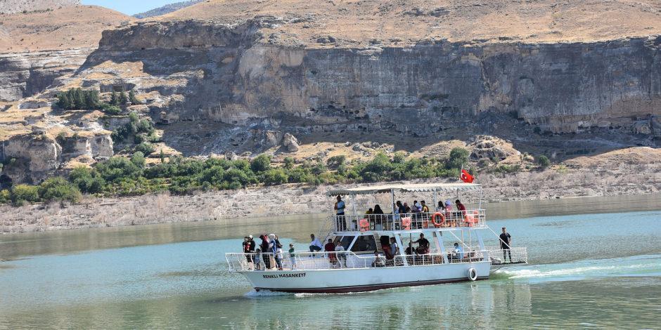 Göl sahasında kalan Hasankeyf'te tekne turu keyfi