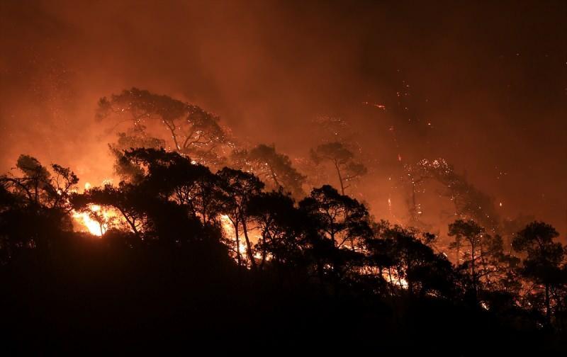 Manavgat'ta yangın devam ederken akşam saatlerinde bir yangın da Gündoğdu Mahallesi Kısalar mevkiindeki ormanlık alanda çıktı. Çıkış nedeni henüz bilinmeyen alevler bir anda büyüyerek yerleşim yerlerine doğru ilerlemeye başladı. Alevlere müdahale için itfaiye yetersiz kalınca Orman Bölge Müdürlüğü ekiplerinden destek istendi. Bölgede ekiplerin söndürme çalışmalarını çevredeki vatandaşlar da traktörleriyle destek verdi.  Bölgedeki yangın hala devam ederken, önlem amacıyla mahalledeki elektrik bağlantısı da kesildi.