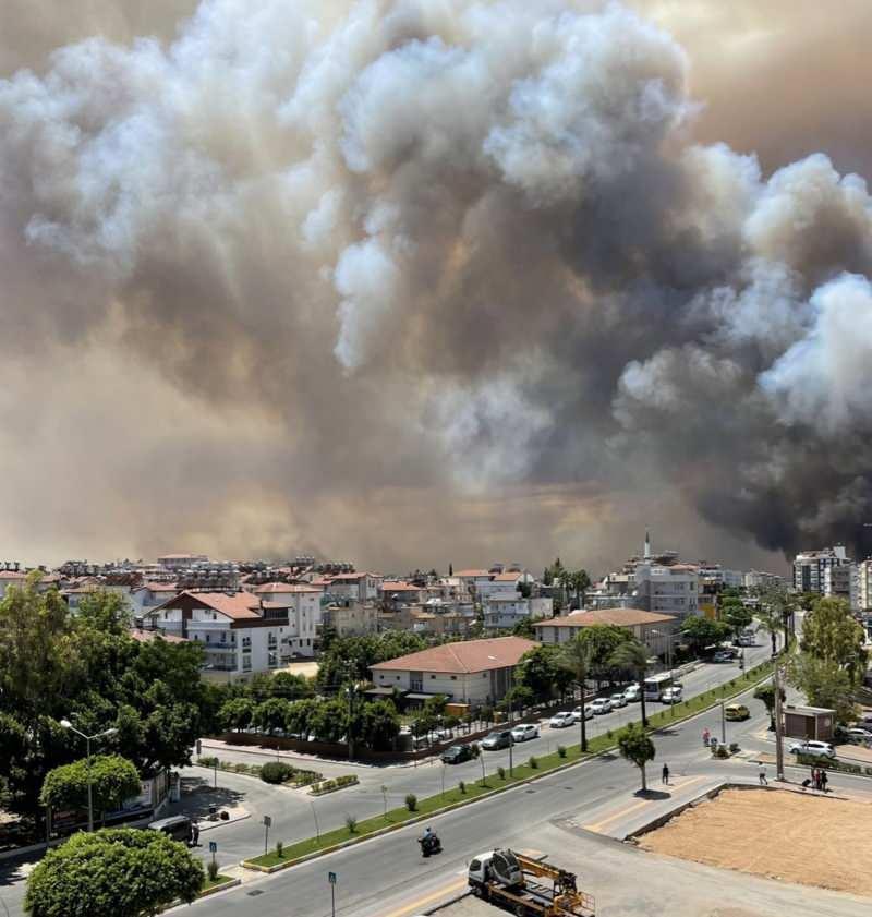 """Son dakika Belediye Başkanı Sözen, """"Köylere geldi, yerleşim yerleri yandı... Yangının nerede olduğunu tam anlamıyla kestiremez duruma geldik. Tamamen yanan köylerimiz oldu"""" dedi."""