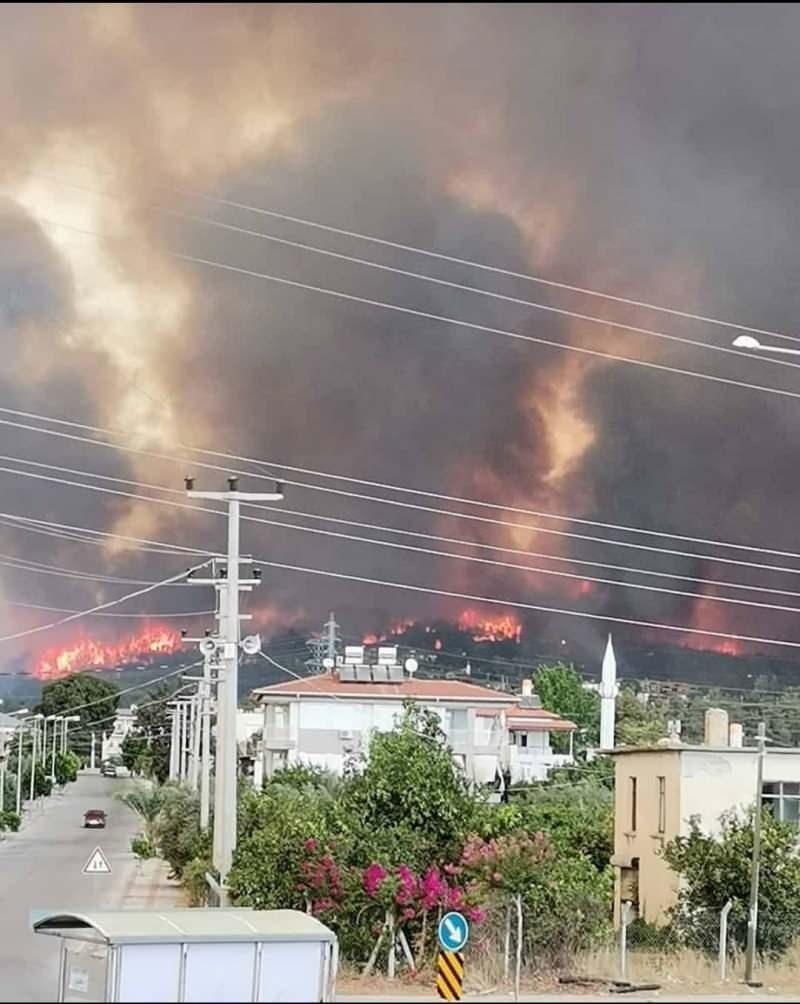 Manavgat tarihinin en büyük yangını: Ekipler ve vatandaşlar yangına müdahale ediyor