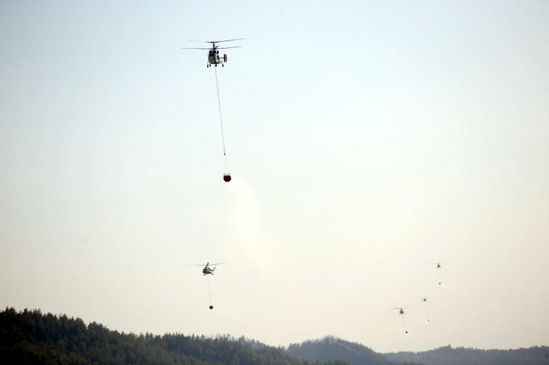 Yangınla mücadelede aynı anda 5 helikopterin müdahale ettiği ana ait fotoğraf, sosyal medyadan paylaşılıyor.