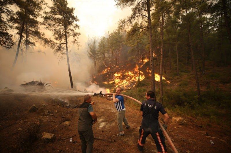 Manavgat'taki orman yangınlarına havadan ve karadan müdahale edilirken, profesyonel ekiplere vatandaşlar da yardım ediyor