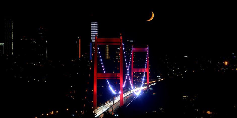 Harika manzara: Hilal, İstanbul'a çok yakıştı