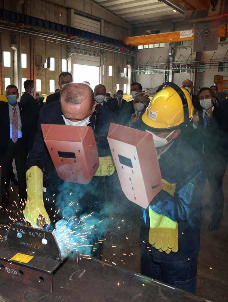 Cumhurbaşkanı Erdoğan, açılışın ardından bir fabrikayı gezerek yetkililerden bilgi aldı, kaynak yaptı.