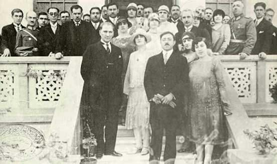 Atatürk'ün Büyük Nutku'nu okuduğu günlerde Ankara'ya gelen Emanullah Han ve eşi Süreyya.
