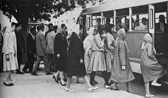 1950'de üniversiteye gitmek için otobüse binen Afgan kadınlar