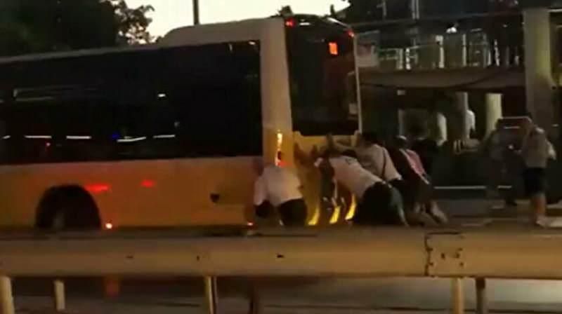 Sefaköy'de arıza yapan İETT otobüsünü vatandaş itti