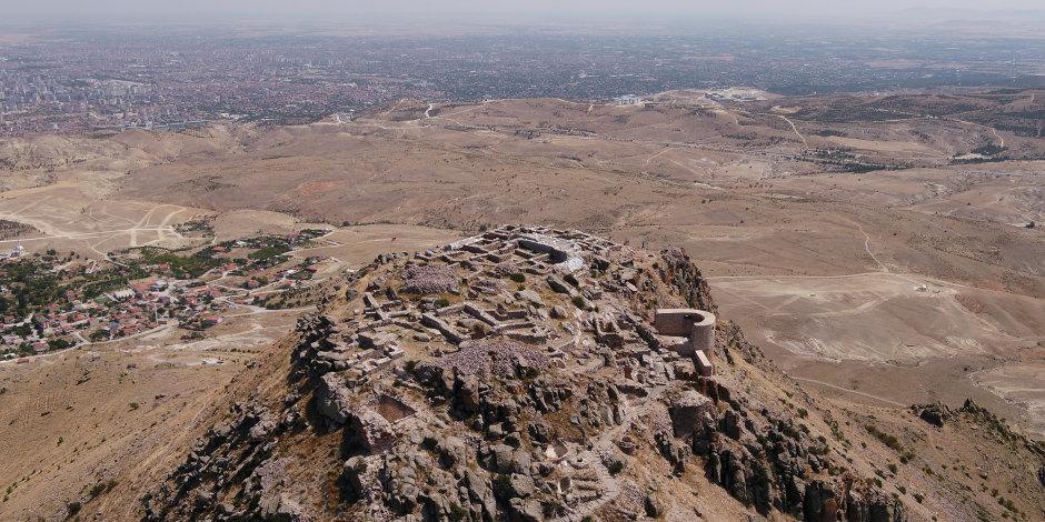 """5 bin senelik stratejik kalenin """"kapısı"""" bulundu"""