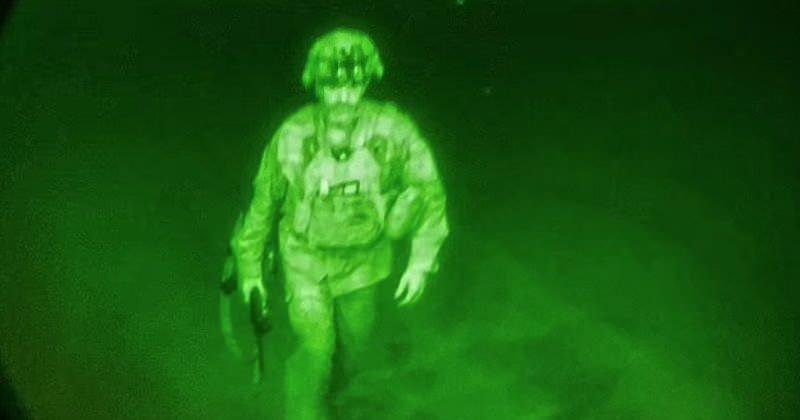 Taliban'ın yönetimi ele geçirmesinin ardından dün akşam saatlerinde son uçağa binerek ülkeyi terk eden ABD ordusunun, gece görüş kamerasıyla çekilmiş bir askerin fotoğrafını paylaşarak yaptığı duyuru oldukça ses getirmişti.