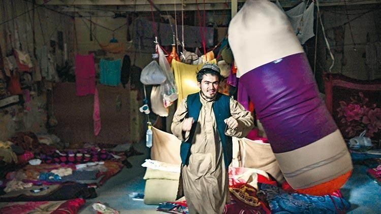 Bir zamanlar mahkûmların öfkesini çıkardığı kum torbalarına şimdi Taliban güçleri vuruyor.