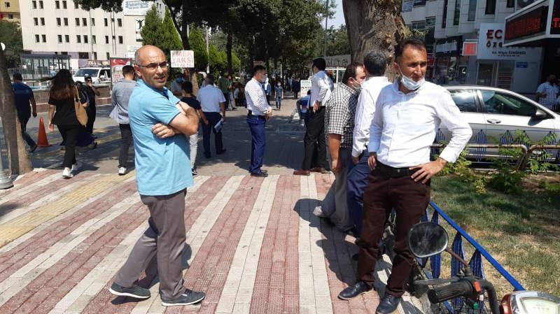 Afyonkarahisar'da da hissedilen depremin ardından vatandaşlar kendini dışarı attı.