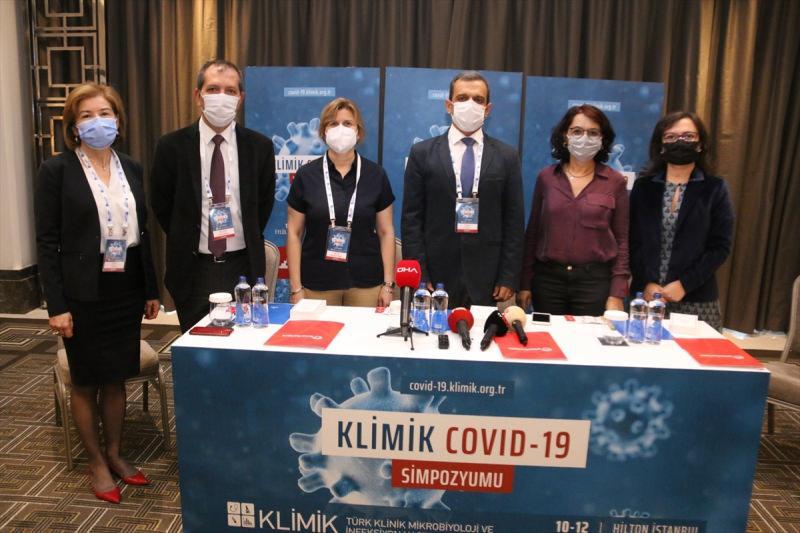 Türk Klinik Mikrobiyoloji ve İnfeksiyon Hastalıkları Derneği (KLİMİK) Başkanı Prof. Dr. Alpay Azap (sağ 3) ve KLİMİK Genel Sekreteri ve Koronavirüs Bilim Kurulu Üyesi Prof. Dr. Serap Şimşek Yavuz (sağ 2) Şişli'deki bir otelde düzenlenen ve iki gün sürecek