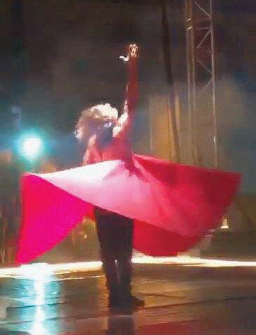 Azazi, gösterisini yarı çıplak kırmızı kıyafet ile tamamladı.