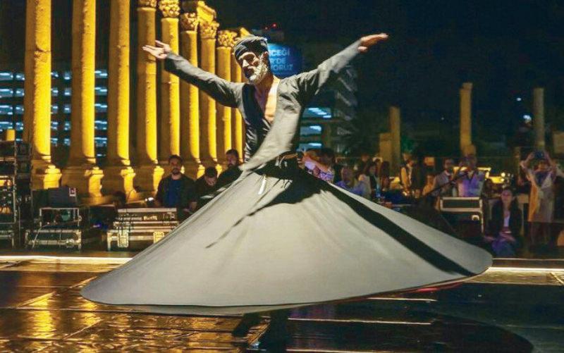 Ziya Azazi isimli dansçı başında sarık ve üstte siyah, altta kırmızı 2 kat Mevlevi kıyafeti ile sahneye çıktı.