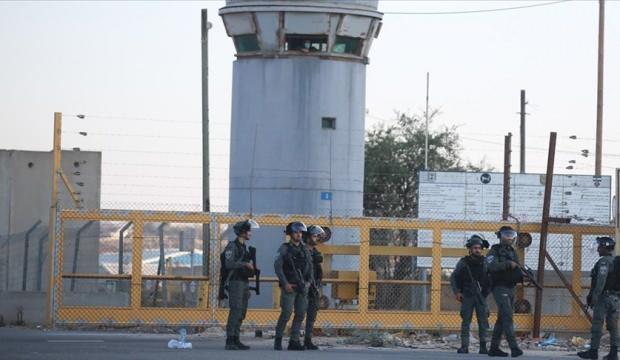 İsrail'de başka cezaevlerine nakledilen Filistinli tutuklulara darp
