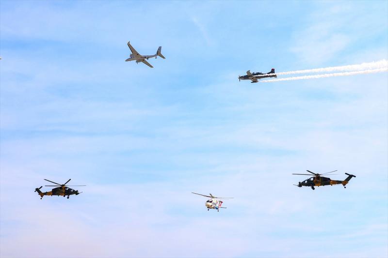 """Türkiye'nin en büyük teknoloji etkinliği TEKNOFEST İstanbul Havacılık, Uzay ve Teknoloji Festivali (TEKNOFEST İstanbul) Atatürk Havalimanı'nda yapıldı. """"Milli Kanatlar"""" uçuş gösterisi kapsamında Akıncı (TİHA) (sol üst), Hürkuş (sağ üst), T129 Atak helikopterleri (sağ alt ve sol alt) ve T-625 Gökbey helikopteri (orta alt) gösteri uçuşu yaptı."""