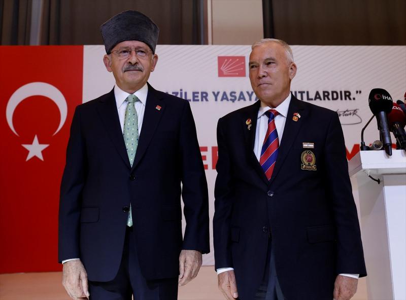 CHP Genel Başkanı Kemal Kılıçdaroğlu, Çankaya Belediyesi Zübeyde Hanım Sosyal Tesisleri'nde düzenlenen gaziler ve şehit aileleriyle kahvaltı programına katılarak konuşma yaptı. Programda gaziler Kılıçdaroğlu'na kalpak ve plaket takdim etti.