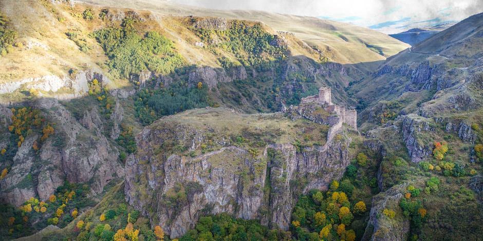Kayalıkların zirvesindeki tarihi Şeytan Kalesi