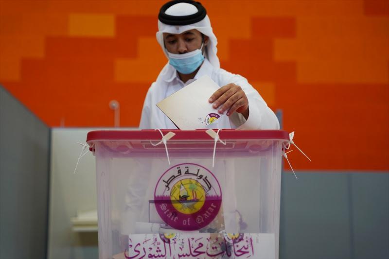 Katarlılar, başkent Doha'daki Jawaan Bin Jassim Okulu'na gelerek oy kullandı.