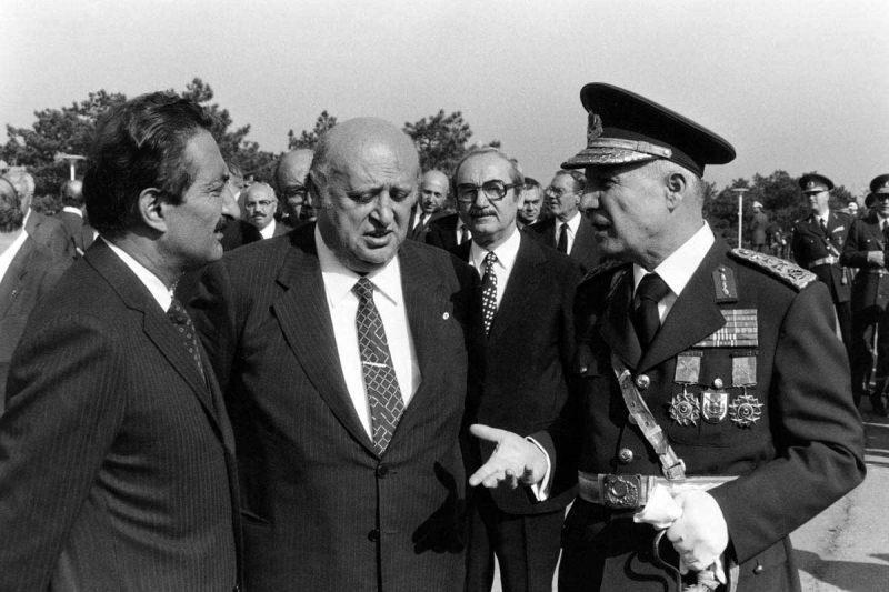 Türkiye siyasetinin simge fotoğraflarından biri: Bülent Ecevit, Süleyman Demirel ve Kenan Evren 12 Eylül darbesinden 13 gün önceki 30 Ağustos törenlerinde.