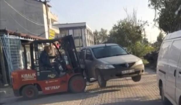 Manisa'da tuhaf olay! Yolu kapatan araçları forkliftle kenara bırakıyor