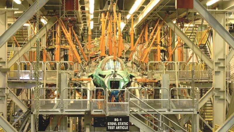 Seri üretim bandındaki bir F-35