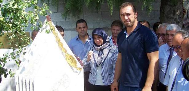 Altın kemeri babasının mezar taşına astı