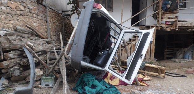 Araç evin avlusuna uçtu: 2 ölü, 1 yaralı