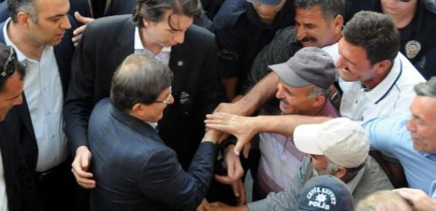 Davutoğlu'nu 'Başbakan' diye karşıladılar