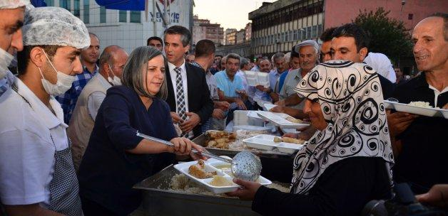 Diyarbakır'da yüzlerce kişi iftarda buluştu