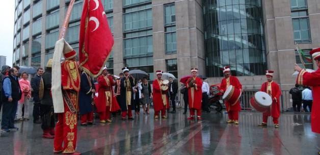 İstanbul Adliyesi'nde mehteranlı eylem