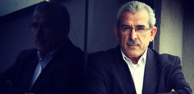 Mehmet Ali Bulut, kitaplarını imzalıyor