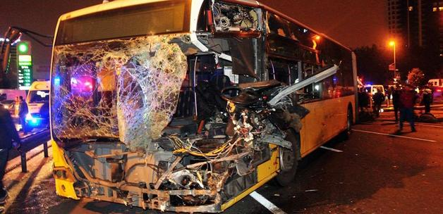 Metrobüs ile minibüs kafa kafaya çarpıştı