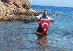Şehitlere saygı amacıyla Yunan adasına yüzdü