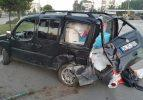 Otomobil refüjdeki ağaca çarptı: 2 yaralı