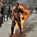 Çin'i protesto için kendini yaktı