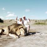 Aslanı öldürüp poz verirken şoke oldular